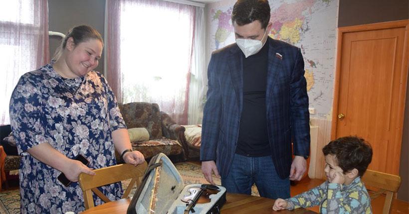 Малыш из Новосибирской области получил скрипку с «Ёлки желаний»