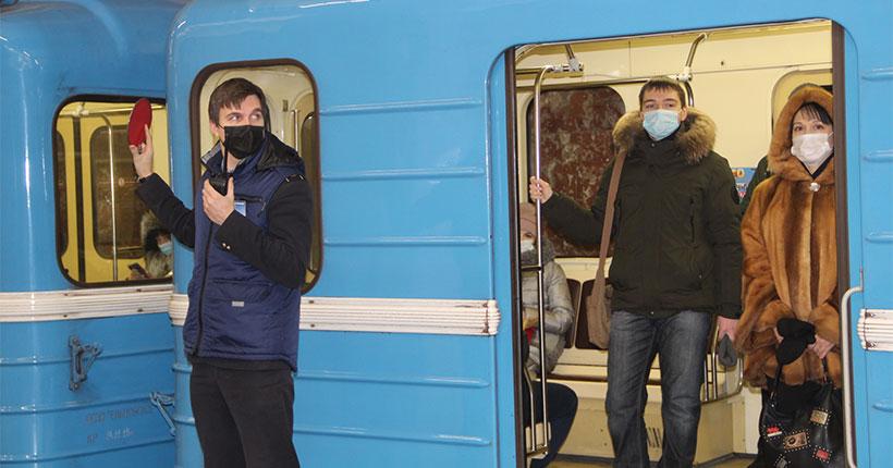 В Новосибирске пассажиров метро без масок провожали в комнату полиции