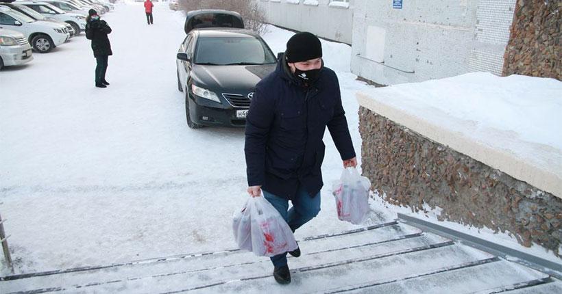Новосибирским медикам, которые работают в зоне риска, развозят горячие обеды