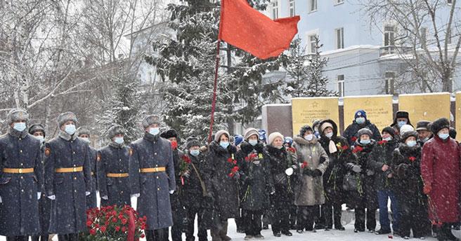 Новосибирцы принесли цветы к стеле, посвящённой  жителям блокадного Ленинграда