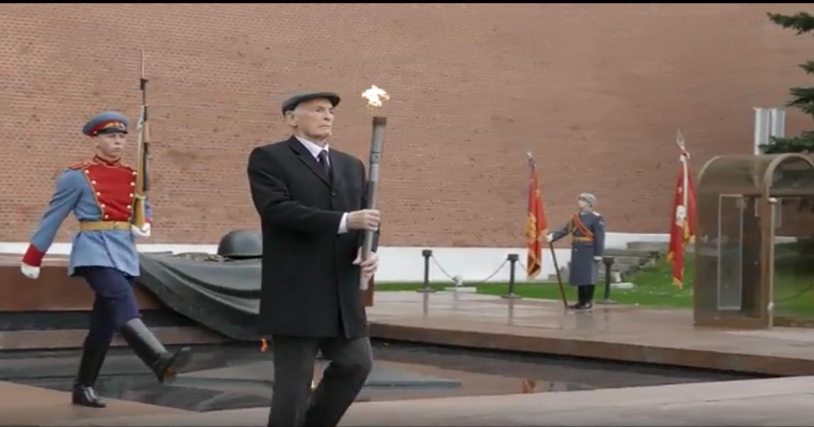 Светлая память: в 2019 году Вечный огонь для Новосибирска зажёг народный артист СССР Василий Лановой
