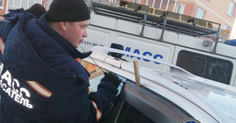 В Новосибирске шестимесячный младенец оказался заблокирован в автомобиле