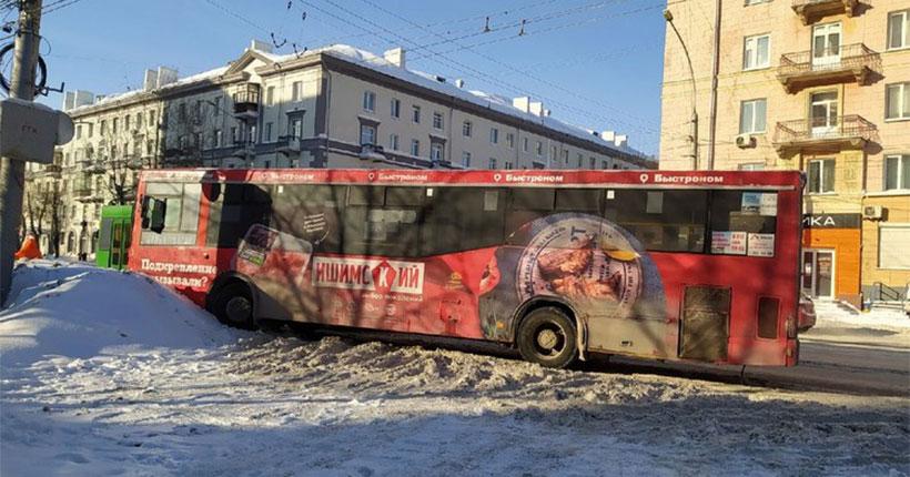 В Новосибирске произошло ЧП: водитель скончался прямо за рулём автобуса