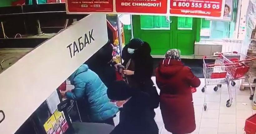 В Новосибирске полиция разыскивает женщину в синей шапке, укравшую кошелёк