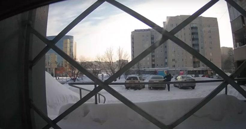 Новосибирцев возмутил мужчина, завязывающий шнурки на чужой машине