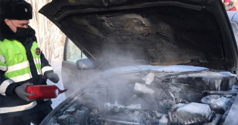 Под Новосибирском вспыхнул автомобиль с младенцем-пассажиром