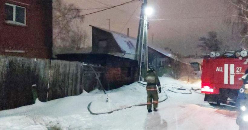 В Новосибирске ночью загорелся дом, где жили профессиональные попрошайки-инвалиды