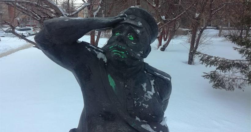 В Новосибирске вандалы разрисовали лицо постовому, отдающему честь светофору