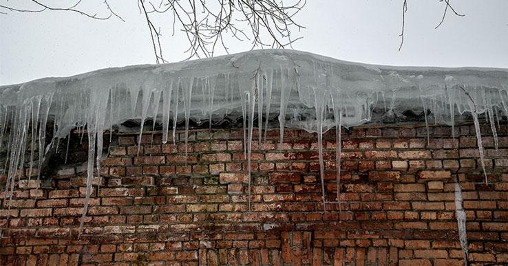 В Новосибирске из-за схода снежных глыб с крыш домов пострадали люди