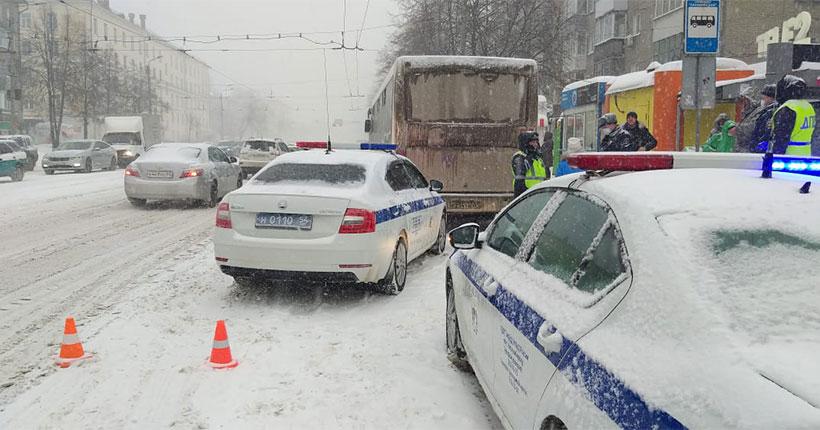В Новосибирске на остановке мужчина попал под колёса автобуса