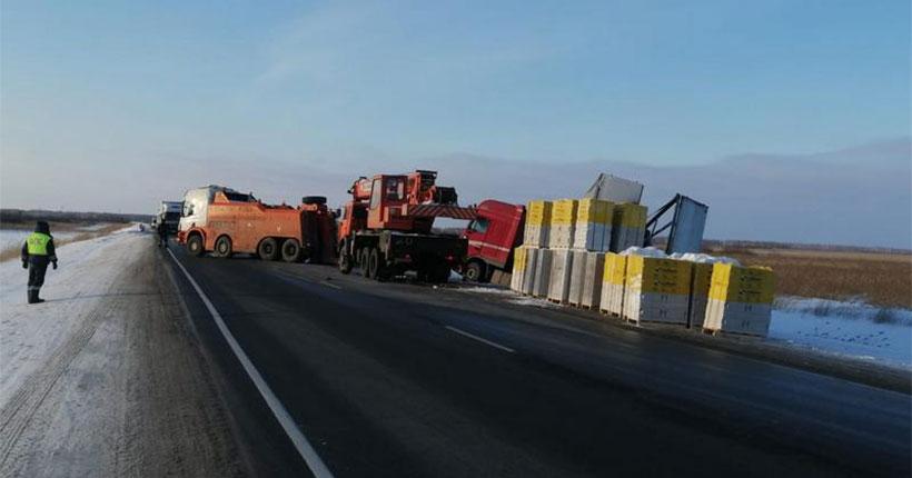 В Новосибирской области автомобиль с двадцатью тоннами груза опрокинулся в кювет