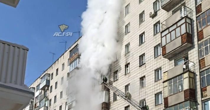 В Новосибирске горит балкон в жилом доме в центре города