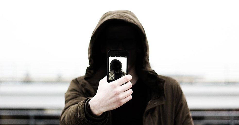 В Новосибирске в День всех влюблённых молодой человек вырвал дорогой телефон у девушки
