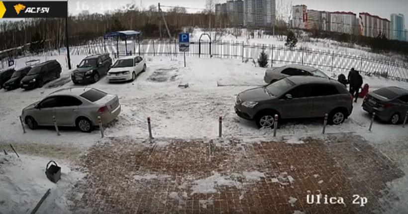В Новосибирске водитель автомобиля наехал на женщину с ребёнком