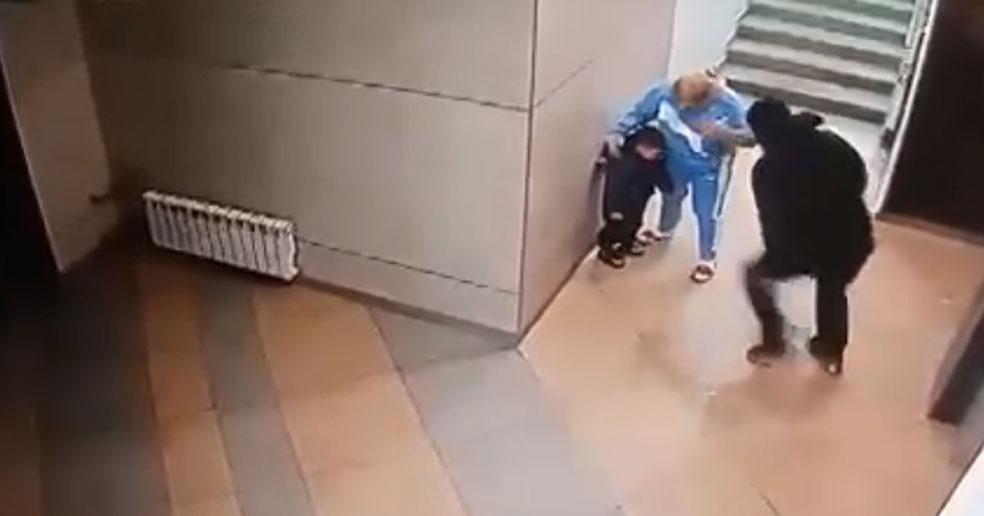 В Новосибирске дедушка жестоко избил маленького внука в подъезде дома