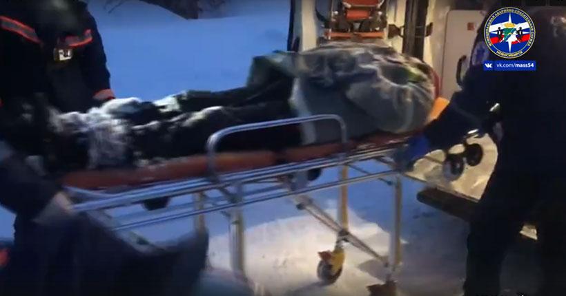 Ушёл чистить снег: в Новосибирске спасатели пришли на помощь упавшему с крыши мужчине