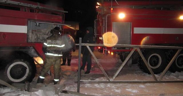 Двенадцать человек вывели спасатели из горящего дома в Новосибирске
