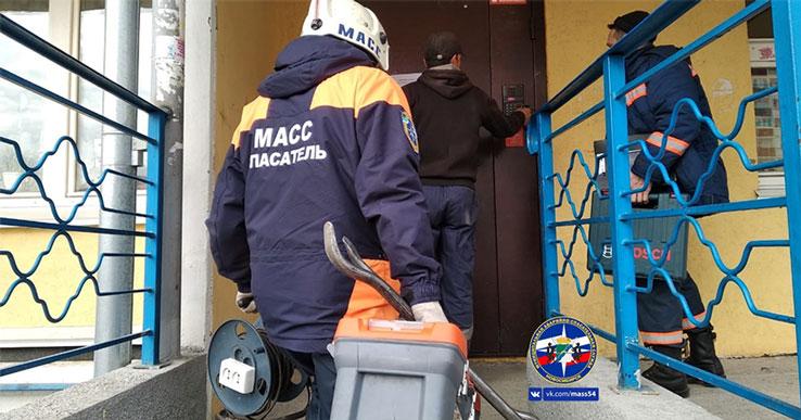 В Новосибирске спасателям дважды за сутки пришлось вскрывать двери, за которыми находились маленькие дети