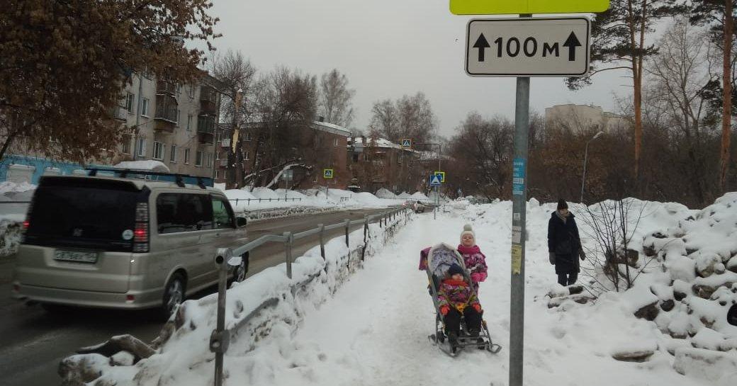 Исправились: управление автомобильных дорог мэрии Новосибирска очистило дорожку к садику