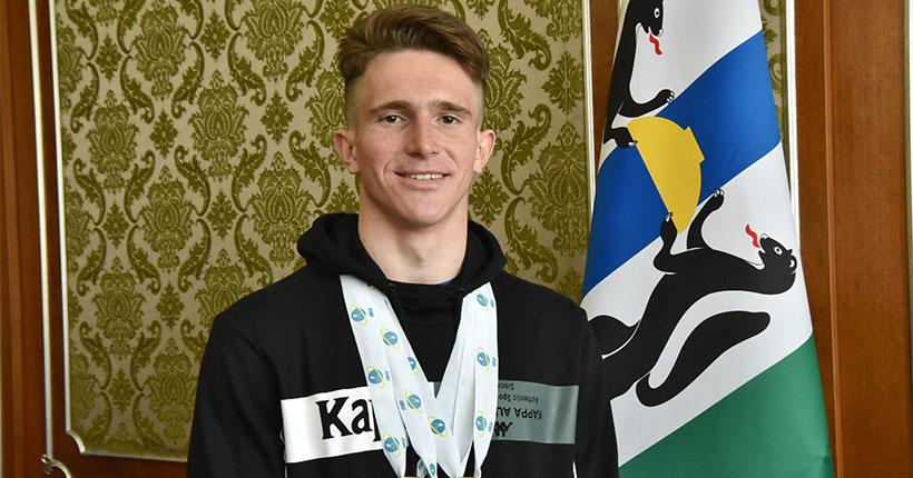Трёхкратного победителя первенства мира по биатлону среди юношей поздравили в правительстве Новосибирской области
