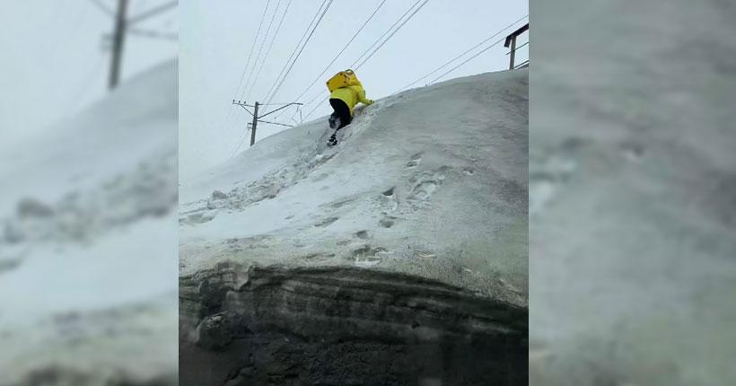 Покоряющий снежные горы доставщик еды восхитил жителей Новосибирска