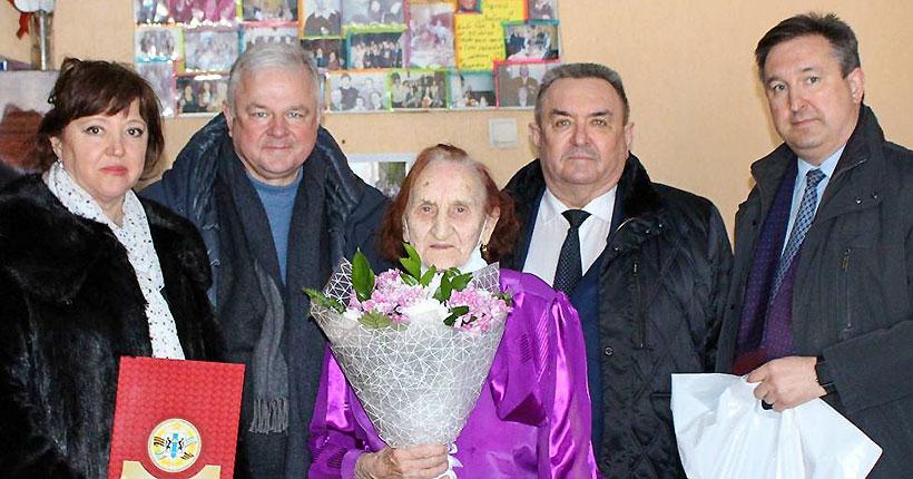 Депутаты заксобрания Валерий Ильенко и Олег Иванинский поздравили долгожительницу с днём рождения