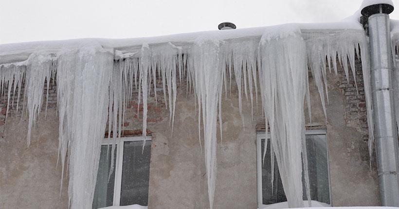 Ледяная глыба упала на подростка с крыши жилого дома в Новосибирске