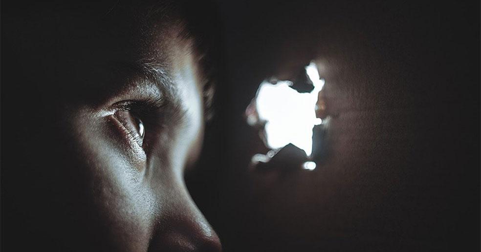 Жительница Новосибирской области сняла видео о насилии матери над маленькими детьми