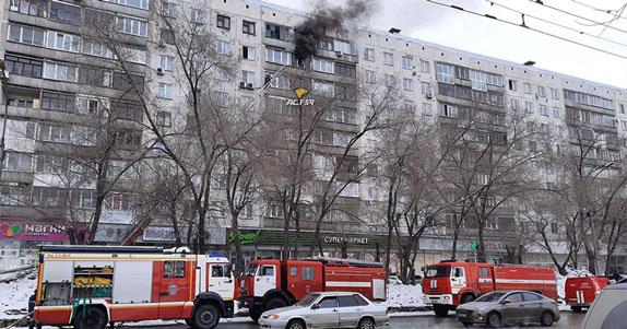 В центре Новосибирска днём загорелась квартира в многоквартирном доме