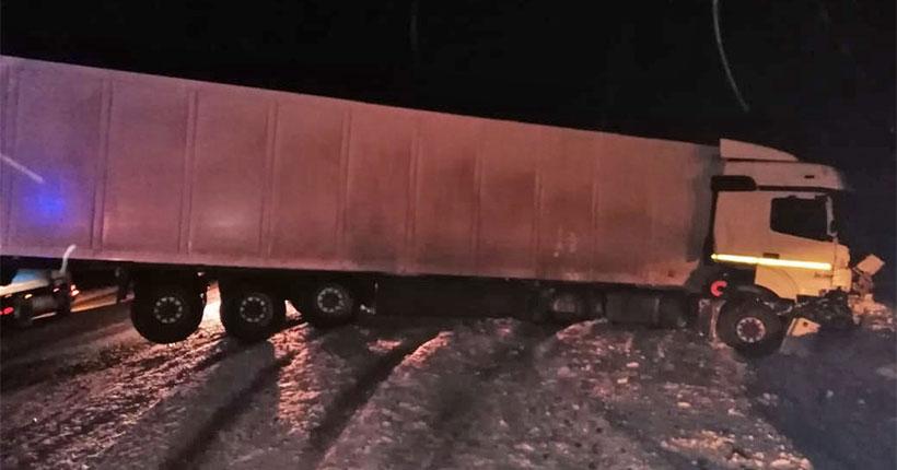«Это были родители и брат»: в Новосибирской области в ДТП на трассе погибли двое взрослых и ребёнок