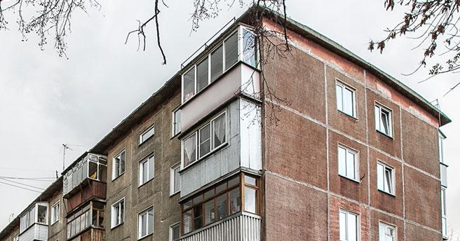В Новосибирске из окна многоэтажки выпала годовалая девочка