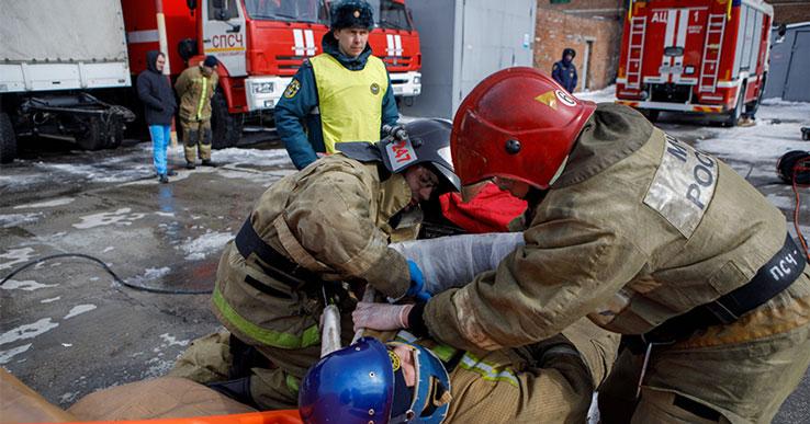 Спасателям Новосибирской области пришлось доставать двух зажатых пассажиров после тяжёлой аварии