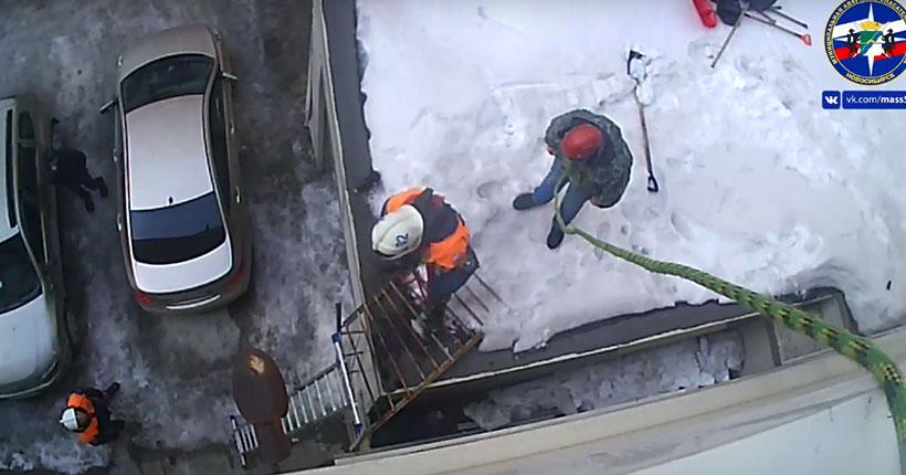 В Новосибирске мужчина впал в панику на крыше многоэтажного дома