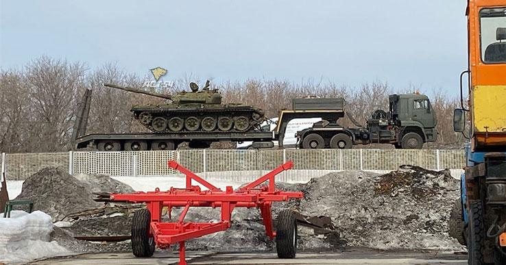 Неординарное ДТП: под Новосибирском танк распорол фуру