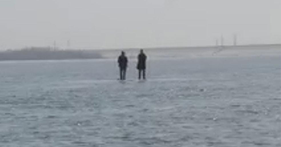Под Новосибирском с дрейфующей льдины сняли двух подростков