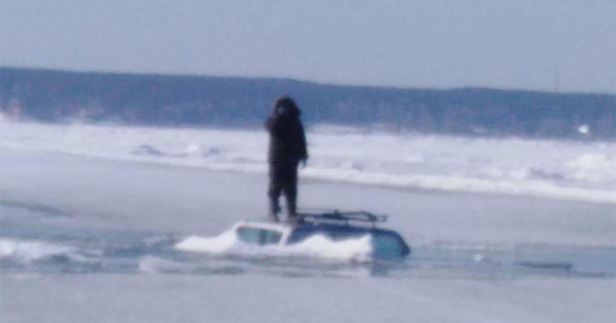 В Новосибирской области мужчина утопил свой автомобиль после неудачной попытки проехать по тонкому льду