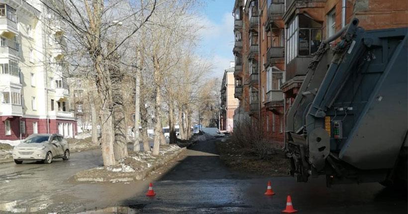 В Новосибирске во дворе дома в Дзержинском районе мусоровоз сбил ребёнка