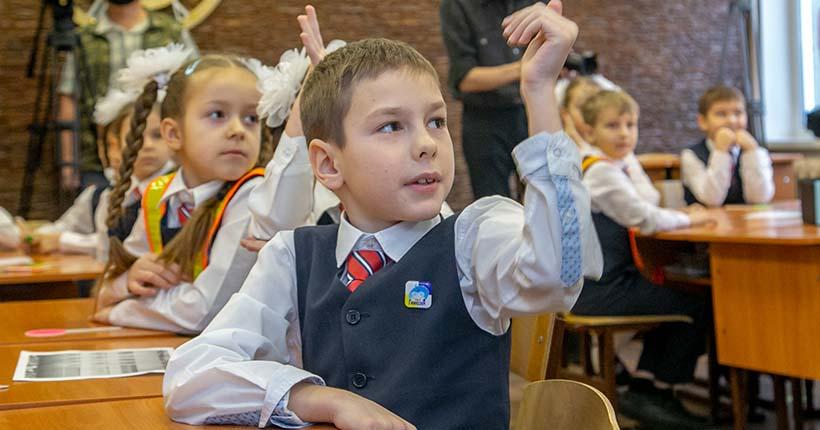 Президент анонсировал разовую выплату на каждого школьника в России