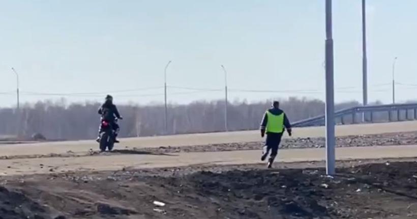 Бегущий человек: полицейский пешком преследовал мотоциклиста в Новосибирской области