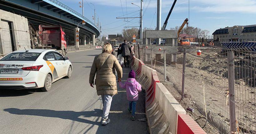 Мэр извинился перед новосибирцами за отсутствие тротуара на площади Будагова