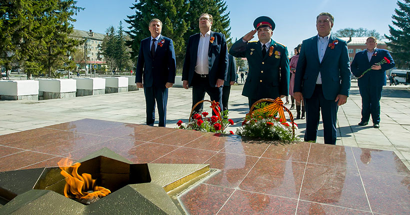 Спикер новосибирского заксобрания возложил цветы к мемориалу в Искитиме