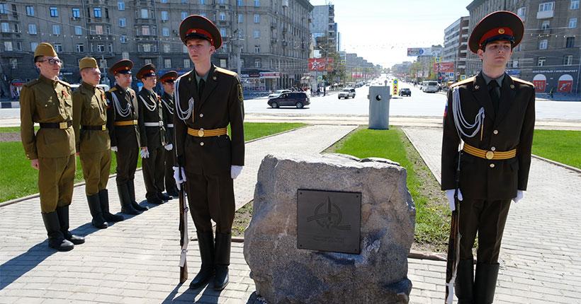 В Новосибирске установили камень в основание стелы «Город трудовой доблести»