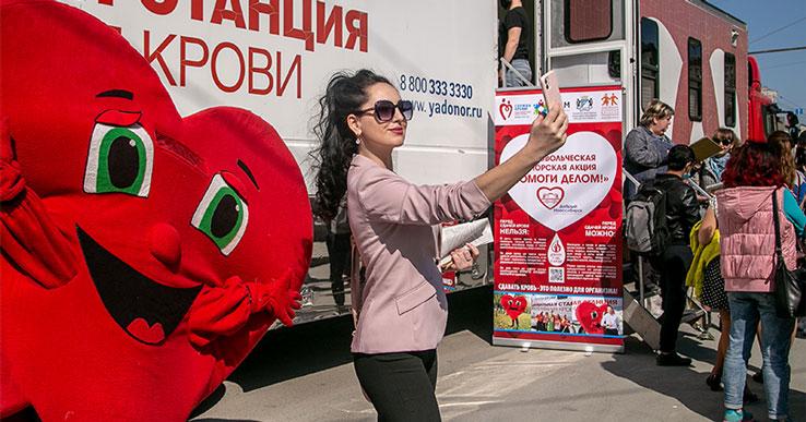 Новосибирцы выстроились в очередь, чтобы сдать кровь на площади Ленина