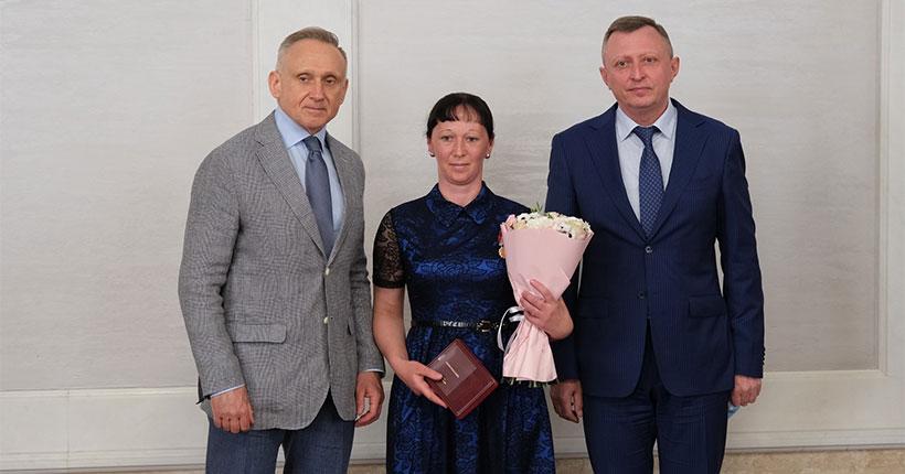 Многодетным матерям Новосибирской области вручили знаки отличия «За материнскую доблесть»