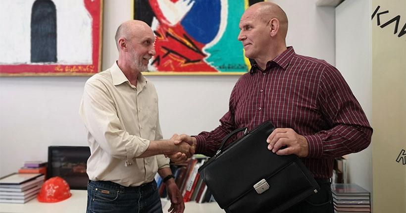 Александр Карелин подарил свой портфель Новосибирскому краеведческому музею