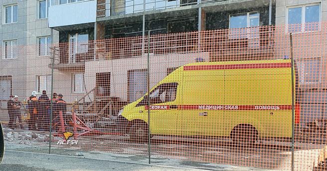В Новосибирске на стройке с высоты упала люлька с рабочими