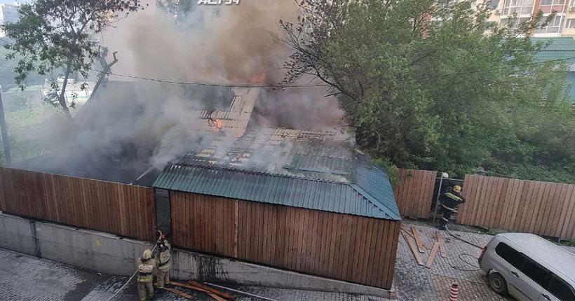 В Октябрьском районе Новосибирска загорелся частный дом