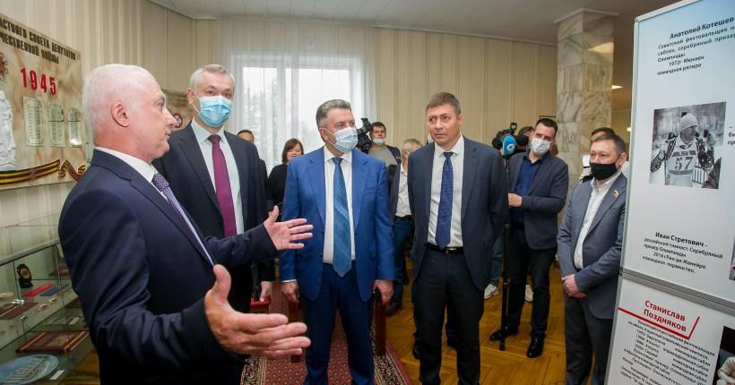 Выставка о новосибирской «кузнице» чемпионов открылась в Законодательном собрании