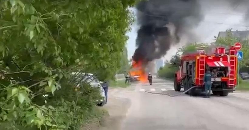 В Новосибирске во время движения загорелось маршрутное такси