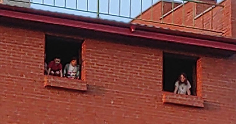 Каникулы начались: в Новосибирске дети выбрали заброшенную стройку местом игр